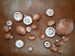 Сырыми едят семечки, орехи и шампиньоны