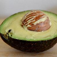 спелый плод авокадо