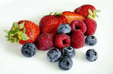 Подать блины можно с ягодами и фруктами