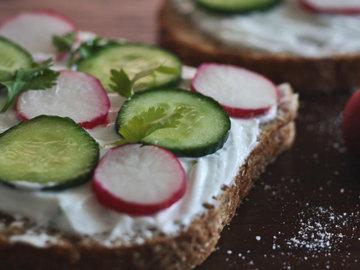 Бутерброд с огурцом с начинкой