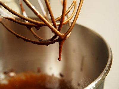 Шоколад, воду и сахар нагреть