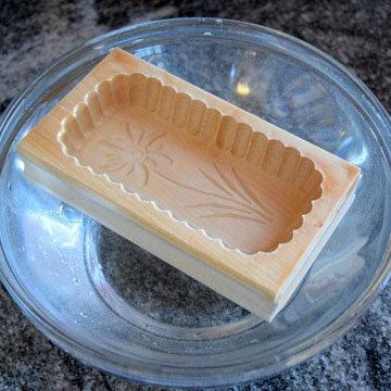 масло отжать в деревянную форму 1