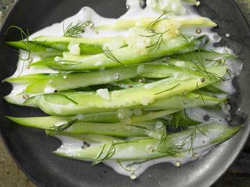 Огуречный салат с укропом и имбирем
