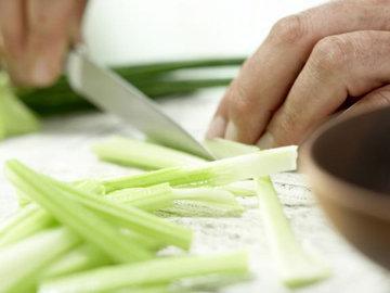 2. Разрезать пополам в длину сельдерей, а затем нарезать