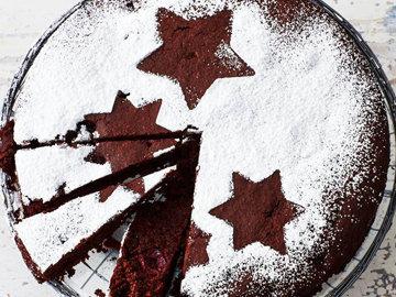 Рождественский шоколадно-вишневый пирог