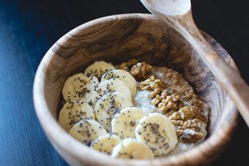 Правильный завтрак Бананы с йогуртом и орехами