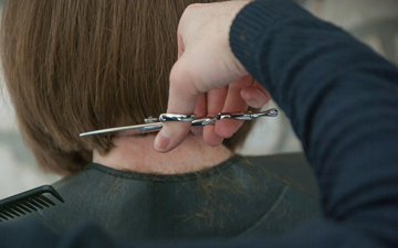 Подстригать кончики волос