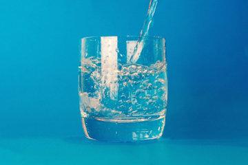 после пробуждения выпить 4 стакана теплой воды
