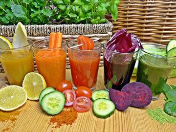 выпивайте два стакана свежевыжатого овощного сока в день.