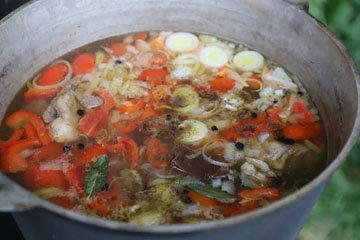 Овощи положить в кастрюлю за 2 часа до окончания приготовления