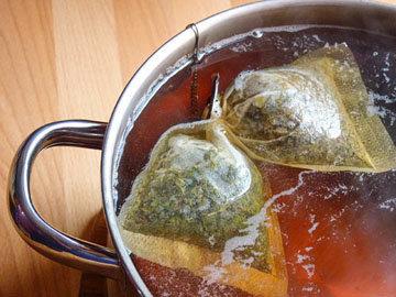 3. пакетики чая оставить настаиваться