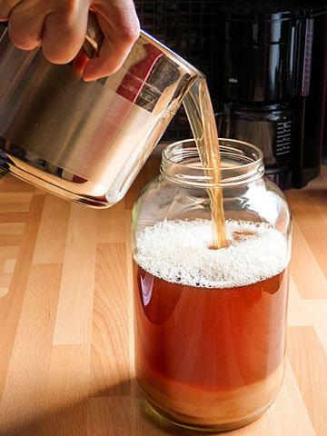 5. вылить в большую стеклянную банку с жидкостью и чайным грибом