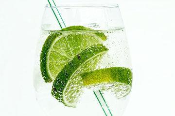 Пейте воду с соком лимона или лайма