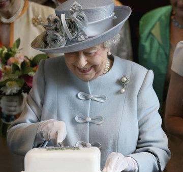 Ее Величество тоже ест сладкое