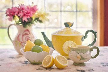 чашка горячей воды с лимоном