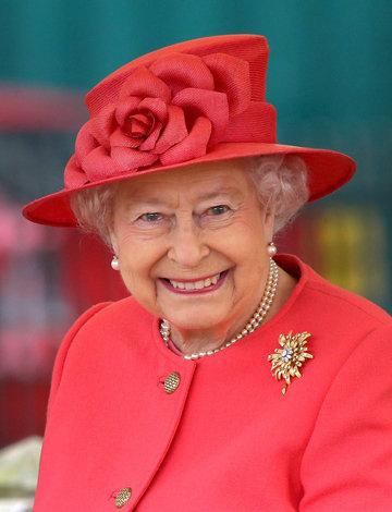 королева ВСЕГДА НОСИТ ЯРКУЮ ОДЕЖДУ