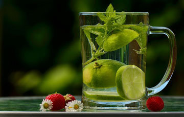 стакан теплой воды с лимоном
