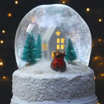Съедобный снежный шар в виде новогоднего торта