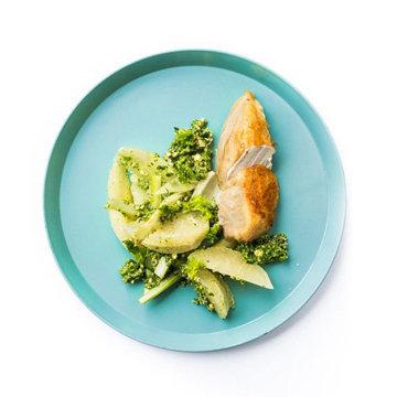 салат из помело и фенхеля с курицей и соусом песто