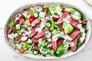 Салат с кусочками стейка