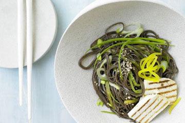 Японский салат с лапшой соба и тофу