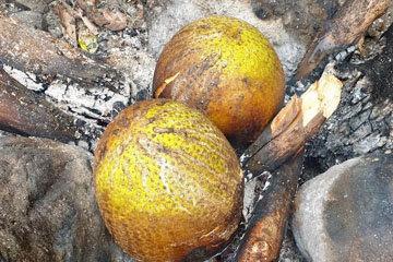 положить целые фрукты прямо в огонь