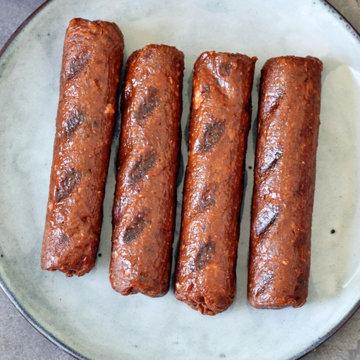 Колбаски смазать жиром и можно их обжарить