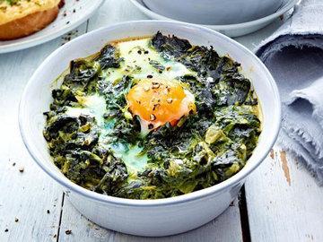 Яйца на шпинате