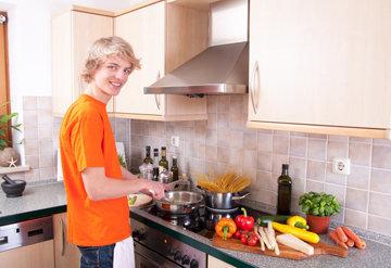 поощрять готовить себе еду