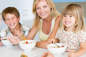 совместная трапеза родителей и детей