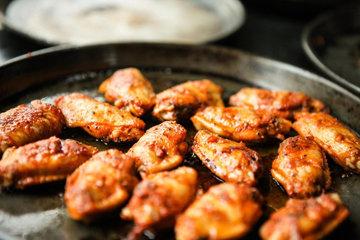 Приготовить куриные крылышки в духовке