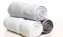 Из полотенца сложить валик