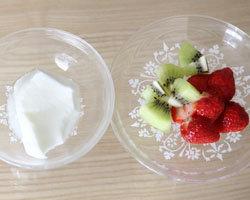 Смешайте натуральный йогурт со свежими ягодами