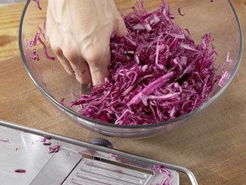 Эксклюзивный салат с красной капустой, грушей и горгонцолой 1