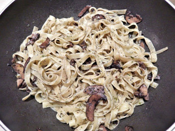 Тальятелле с белыми грибами и ежевикой