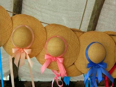 надень шляпу с широкими полями