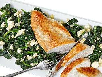 Обед Курица на шпинате с фетой