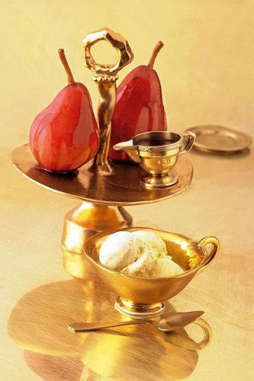Груши в винном соусе с ванильным мороженым