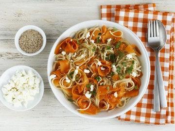 Полбяная паста с морковью, фета и кунжутом
