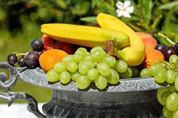 регулярно есть фрукты и овощи, специи и травы