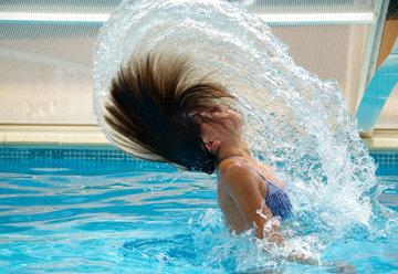 намочите волосы перед купанием