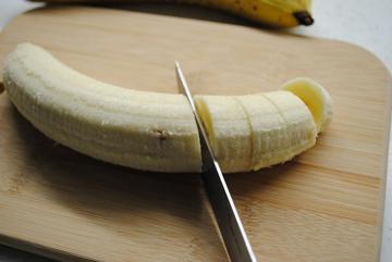 очистить несколько спелых бананов и нарезать их кружочками