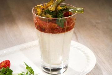 Белый томатный мусс с салатом
