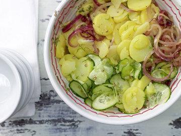 Картофельный салат с огурцом и укропом