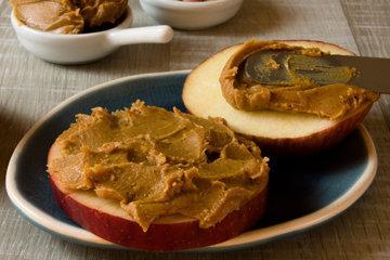 Яблоко с арахисовым маслом